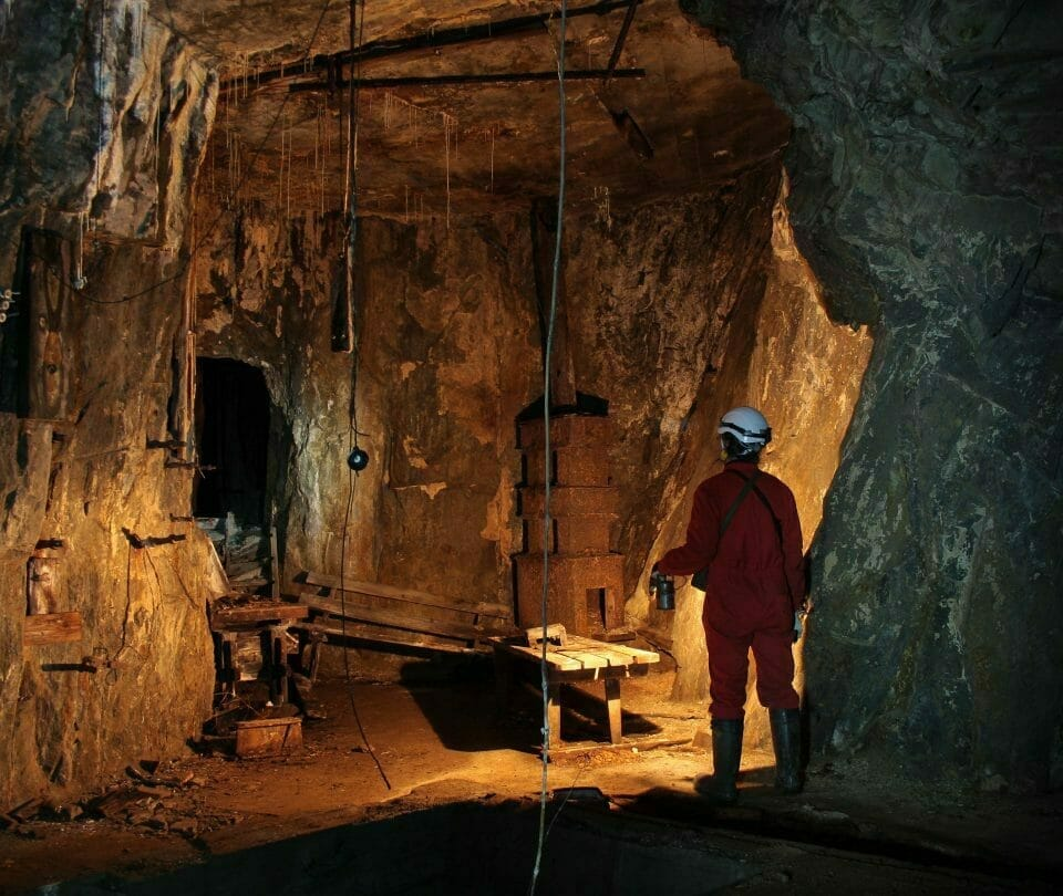 Mann står inne i Sølvgruvene. Foto.