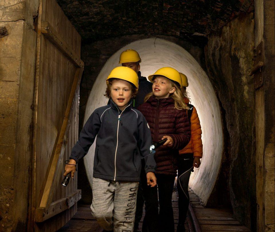 Familie på stollvandring i Sølvgruvene. Foto.