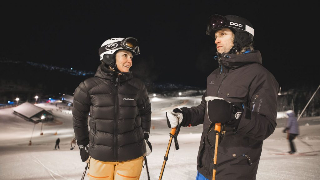 Kvinne og mann på slalomkjøring i skianlegget. Foto.